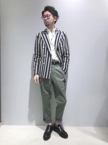 標準サイズです。太めのラペル、絞ったウエストラインと、男らしいデザインのジャケットです。カチッとしたダブルブレストジャケットですが、アンコン仕立て、ジャージ生地で作られているので、着心地抜群のアイテムです。