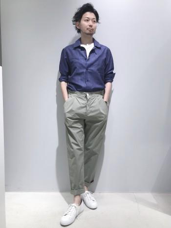 デザインワークス別注の高級感のあるレザーを使用したSUPERGAです。 クリーンな印象で履けるスニーカーなので、ジャケットスタイルとの相性が抜群に良いです。クッションもきいており、長時間の歩行も疲れにくくなっています。普段のサイズで選んで丁度良いです(着用サイズ41 26cm)