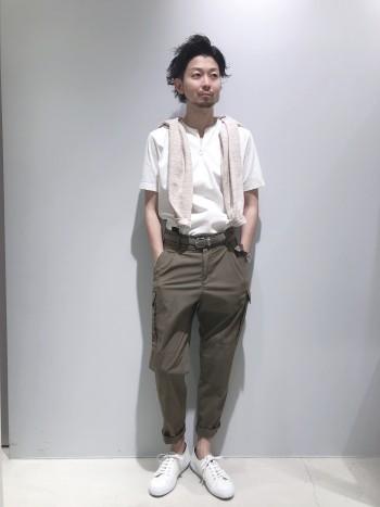 身幅は絞っていないボックスシルエットタイプのTシャツです。 生地も少し厚手でハリ感があるので透けづらく、1枚でも着映えするアイテムです。
