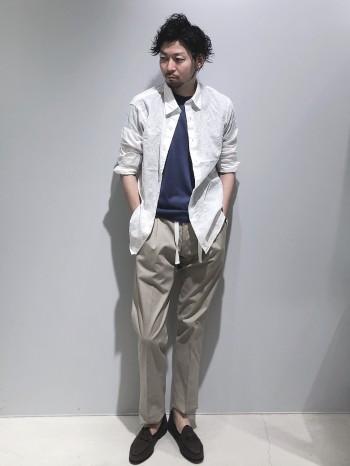 ウォッシャブルシルク100%のとても上質なニットTシャツです。 肌触りもとても良く、1枚着でもインナーとしても活躍する1着です。 やや細めのでざいんですがニットなのでそこまで細さは感じません。 ゆとりを持たせたい方は1サイズ上げての着用もオススメです。