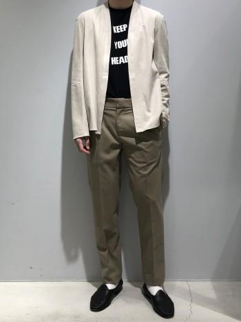 通常より1サイズあげて着用しています。生地はシャツより少し厚手ぐらいで、レザー特有の重量感や硬さはなく汎用性も高いです。いつものスタイリングに羽織るだけで新鮮な装いになります。