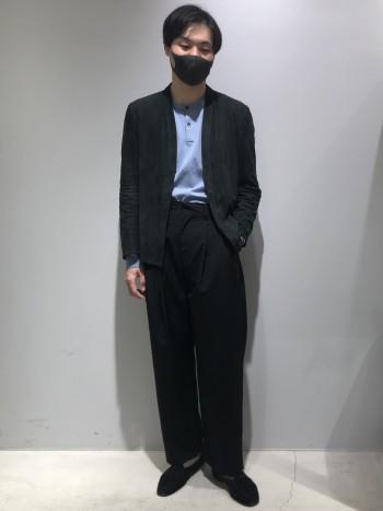 少しゆったりとしたサイズ感です。シルクとコットン混紡の滑らかな肌触りのニットTシャツです。袖はラグランスリーブになっており、リラックスした雰囲気で着用出来ます。