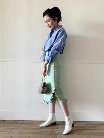 ハイウエストですが伸縮性のある素材なのでとても楽な履き心地です。 左側のみスリットが入っており脚裁きも良いです。長すぎず短すぎず丁度良い丈感がスカートから見える足元もスッキリと見せてくれます。