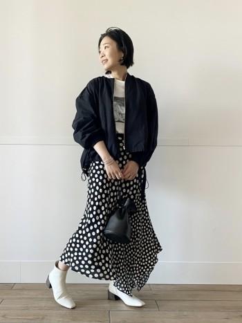 ギャザーの入り方がキレイなデザイン。 裾のギャザーが調節可能なため小柄な方でも大きすぎずに着て頂けます。 ブラックも素材が軽いので、春から夏にかけて重くなく着ていただける色味。