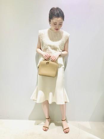 1サイズ展開ですがウエストはゴムを使用している為、幅広い方に着用頂けます。しっかりとした編み地で、ヒップラインは響きにくく、フレアシルエットが綺麗に表現されています。裾には前後差があり、高低身長さんどちらにもしっくりとくる丈感です。