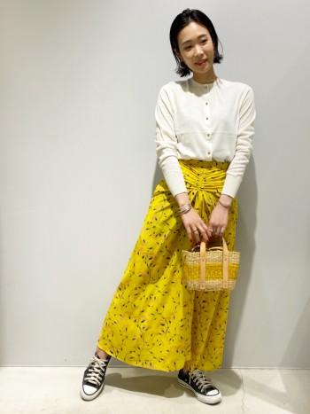 身長156cm 普段は、36サイズを着用。 ゆったりし過ぎず、ジャストサイズで着ていただけます。 白がより上品な雰囲気になり、ゴールドのボタンと相性がぴったりです。
