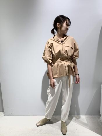 オーバーなシャツだけどウエストマークできる、着回し抜群アイテム。 襟元を抜き、抜け感コーデも楽しめます。