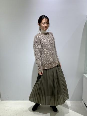 柔らかいコットンのプリーツスカートなので、揺れがしなやかでとても上品に見えます。