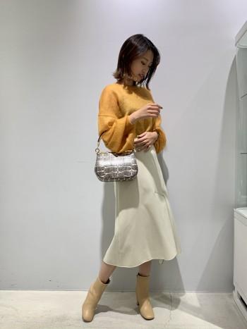 圧縮されたウールを使っているので、暖かさと軽さが抜群です! アシンメトリーになっている裾も素敵です。