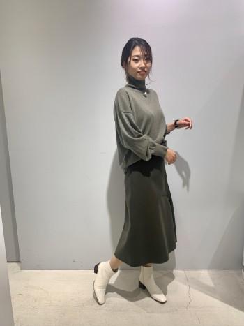 ウールを使っているのでとても暖かく、裾のアシンメトリーが特徴的で素敵です!