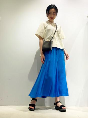 再生繊維であるキュプラ素材を使用。 歩いた時裾にかけて動きが出る女性らしいアイテム。 トップスはオーバーサイズのタンクトップ、Tシャツなどを合わせたラフなスタイリングがおすすめ。