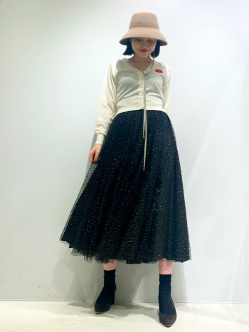 165cmのスタッフが着用。サイズはワンサイズのみで36から38のサイズ感。 ラメとチュールが特徴的なふんわりとボリュームのあるスカート。 長めの着丈で甘すぎない上品な印象を漂わせます。