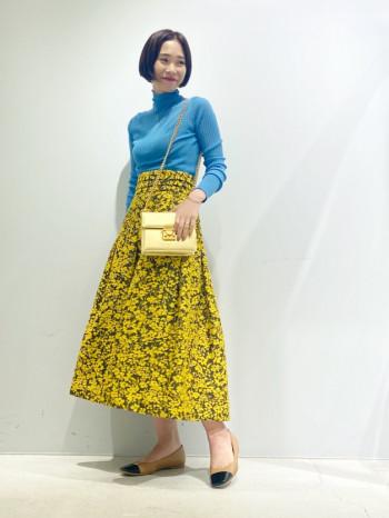 156㎝のスタッフが着用。普段5号サイズなので36サイズで少しゆとりがあります。ふんわりとしたシルエットが女性らしいスカート。フローラルジャガードのインパクトのあるデザインが華やかさを演出します。