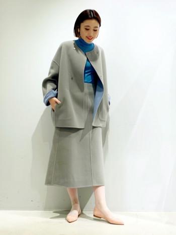 165cmのスタッフが着用。サイズはワンサイズで38のみ。 ウール素材のとても軽いジャケットコートで、シルエットはゆったり目で今年らしいデザイン。 リバーシブルも可能なので、お好みで色を変えてお召しいただけます。