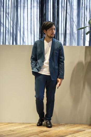 伸縮性が高く着心地のいいジャケットです シワになりにくい素材なのでトラベルジャケットとしても重宝しそう 春らしいブルーがオススメです