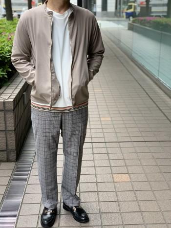 サラッとした肌触りとストレッチが特徴のライントリムTシャツ。 首元の圧着仕様がスッキリ見せます。