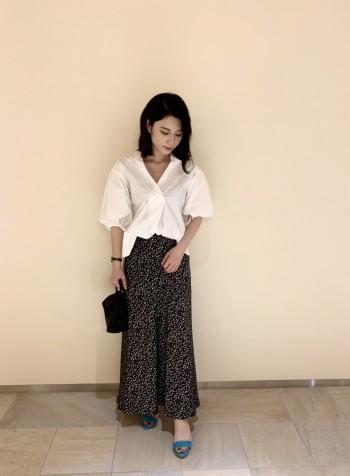 袖のボリューム感と抜襟が自然ときまってくれるので存在感のある1枚です! お腹周りはスッキリと見えるためバランスが綺麗で、裾をアウトで着てもパンツとの相性も良いです◎ 着回し力抜群なシンプルなシャツですが、素材・デザイン共に洗練された印象で周りと差をつけてくれます⭐︎