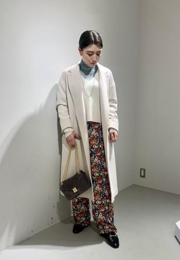 大人気のコートはアイボリーがおすすめ! カラーニットや柄物にも合わせやすいので 3月〜春先まで長く着て頂けます  丈が長すぎないので、身長選ばず着れるのも嬉しいポイントです。