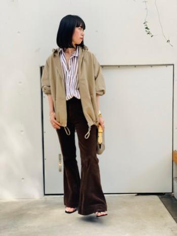 裾とフード部分をグッと絞るとよりディティールがよくみえるので、カジュアルスタイルが苦手な方でも、エレガントな雰囲気をだしてくれます。