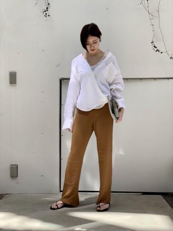 ヘルシーな印象を与えてくれるライトブラウンは、カジュアルスタイルにおすすめのカラーです。トレンドのニットパンツに遊び色として持ちたい1着。