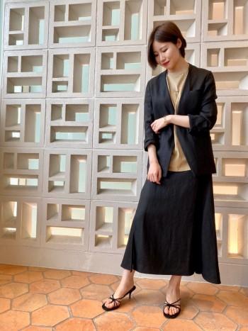 ジャストサイズで着られるすっきりしたシルエットのジャケットで、セットアップのスカート以外にも着回しのしやすいデザインです。