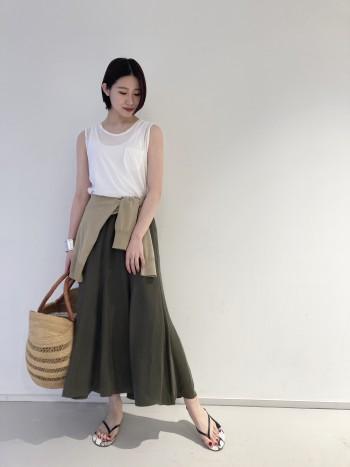 程よい光沢ととろみ感がポイントのスカートです。ウエストはゴムになっているので、腰回りを拾いすぎず綺麗なシルエットを出してくれます。大人のマキシスカートとして色違いで欲しい1着です。