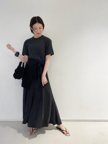 Tシャツでカジュアルな合わせにもできます。歩く時のスカートの軽やかな揺れ感が女性らしさをより引き立ててくれるスカートです。