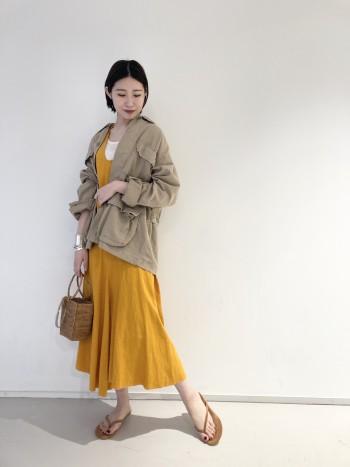 Tシャツとの組み合わせも間違い無いですが、ワンピーススタイルと合わせてあげても素敵なコーディネートになります。生地も柔らかいので、腰巻きスタイルにも使用して頂けます。