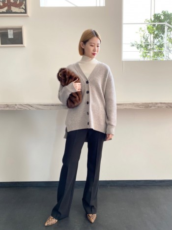 圧縮感のあるウール素材を使用している為、コート代わりにもなる暖かさです。オーバーサイズですが、肩を落としたデザインになるのでオチ感も生まれ、小柄な方でも着やすくなっています。