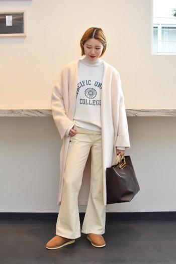 首元をすっきりと見せてくれるノーカラーコートです。 柔らかい白と、シャギーの質感が女性らしさもプラスしてくれます。 着丈は長めですが、サイドに深くスリットが入ってますので、小柄な方でも抜け感をだして着用して頂けます!