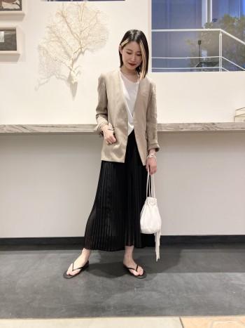 後ろにかけて少し丈が長めのアシンメトリーなデザインと、ひざ下にかけての透け感が春らしいスカートです。 腰回りのプリーツも広がり過ぎないよう、ウエストをゴム仕様にしているので履きやすい1着です。