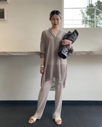 シアー素材がとても可愛いです! 柔らかく透明感のあるシフォンと首回りの開きが大人の女性らしさが引き立ちます。 おしりがすっぽり隠れるチュニック丈で安心感もありますし、袖は長めなので、たくし上げていただくとすっきりと着用できます!