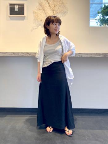 暑い日でも羽織代わりにサラッと着用できるリネンシャツです。 清涼感のあるオフホワイトはモノトーンコーデにもぴったり! 裾は前後差を出すことで、シルエットが綺麗に見えるデザインです。 おしりまで隠れる長さなので、後ろ姿を気にすることなく着用して頂けます。