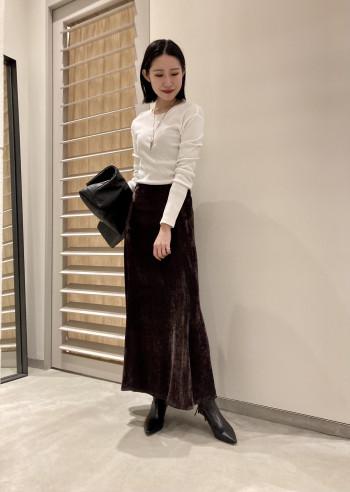 後ろにスリットが入っているため、足さばきがしやすいデザインです。 ハーフゴムの仕様は、前から見るとおなかと腰回りがすっきりと見えます! マーメイドラインおスカートがお好きな方はおススメです。