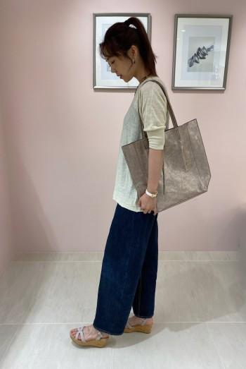 23cm(36)のサイズを着用しています。 クッションがとても柔らかく歩きやすいです。