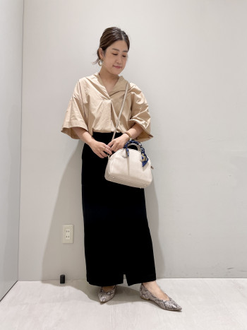 スカーフがセットになったシンプルなボストンバッグです。長財布がしっかり入るサイズ感でちょっとしたお出かけ時にもおススメです。