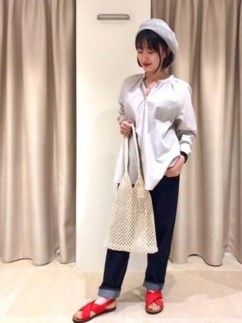 今時の抜け感のあるメッシュ編みの バッグです。 コットン素材なので柔らかな肌触り。 フィリピンの職人さんが一つ一つ 手作業で作ってくれています。