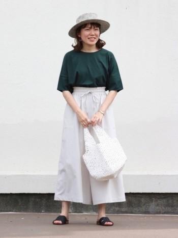サイズ感もほどよくゆるっとしているので、パンツやスカートに合わせやすいです。