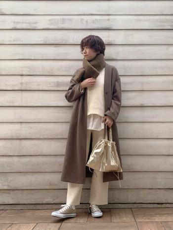 166cmでしっかりロング丈なので、コーデのバランスが取りやすいコートです♪ 薄手でニットの上にも羽織やすく、とっても軽い着心地です◎ 柔らかいブラウンカラーが暗くなりがちな冬コーデを、 さり気なく明るくしてくれます★