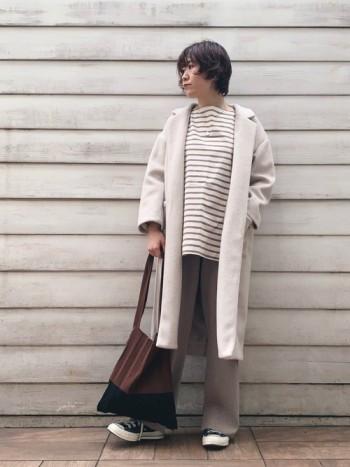 ガウンのようにさっと気軽に着られるコートです。 軽くて暖かいので着心地が良いですよ♪ シンプルなデザインで、着回しし易いアウターです*