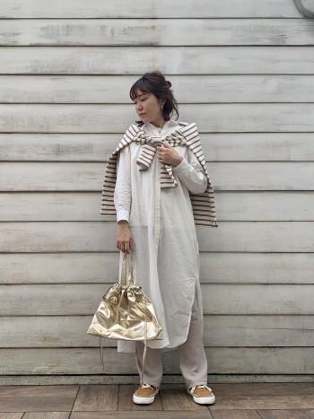 レイヤードスタイルも可愛いですが、スリットがしっかり入っているので一枚でシンプルに着ても素敵です。