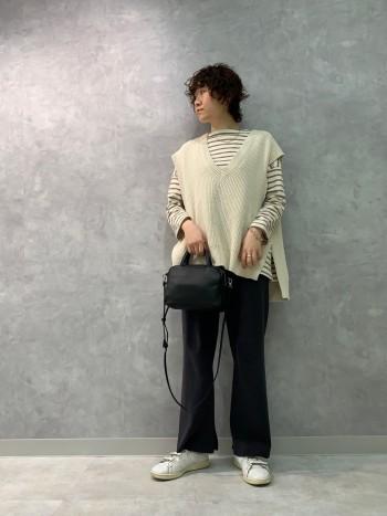 レザー素材が高見えするミニショルダーバッグです。 マチが1cm伸び更に使い易くなりました! シンプルなデザインで通年活躍します◎