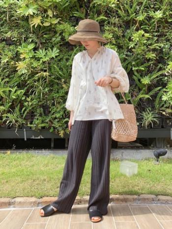 可愛くなりすぎないブラウンの麦わら帽子は大人の女性にもおすすめです!