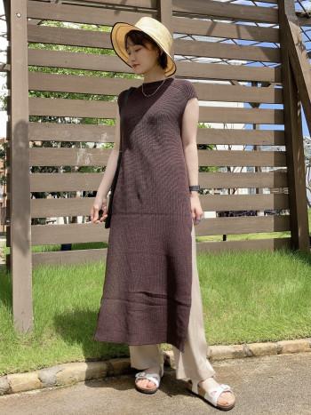 フレンチスリーブのような小さめの袖丈なので二の腕の気になる部分をさりげなくカバーしてくれます!