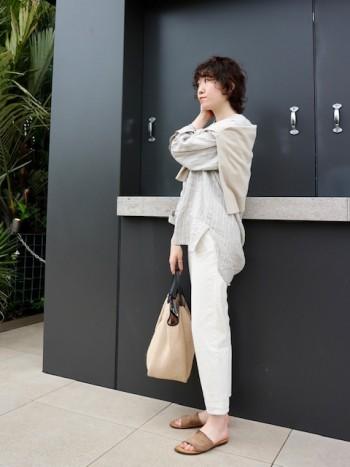 柔らかいリネン素材が心地よいノーカラーシャツです。 ゆったりサイズでお尻の隠れる丈感なので、 パンツ・スカートどちらにも合います◎