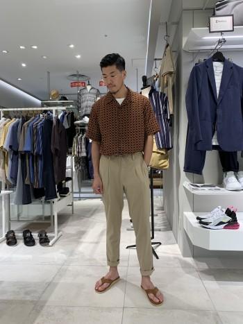 サイズは46を着て丁度良いです。 身幅も余裕あるので楽に着ていただけます。