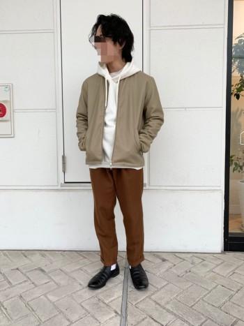 サイズ感普通です。 柔らかいフェイクレザーなので着やすく、お手入れも楽! 今の15度前後の気温でちょうど良く着れます。 コーディネートしやすいノーカラータイプなので重宝。