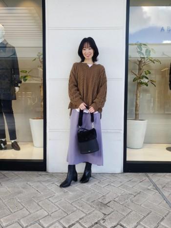 サイズ感はかなりタイトです。 裾がやや広がったセミフレアで女性らしいラインです。