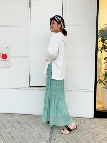 スリットが深いのでスカートとの相性が抜群です。 しかし168センチでパンツ合わせで着ると スリットがかなり深い為か丈感が短く感じます。