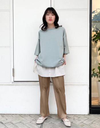 綿100%の生地です。  サイズ感はメンズサイズのMと同一なのでゆったり着ていただけます。  また、裾にドローコードがついており絞りを調節して様々なスタイリングが楽しめます。
